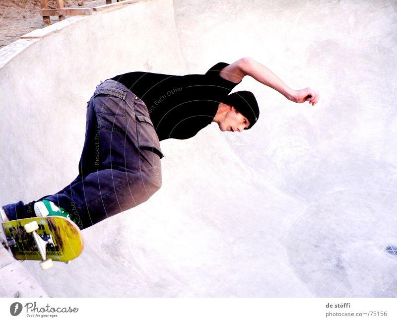 rock.de.pool Schwimmbad Hagen Skateboarding Beton Mann Kerl Konzentration fahren Wunsch Fahrer Abfluss Luft Zufriedenheit Mütze gelb duff Typ Rolle move ride