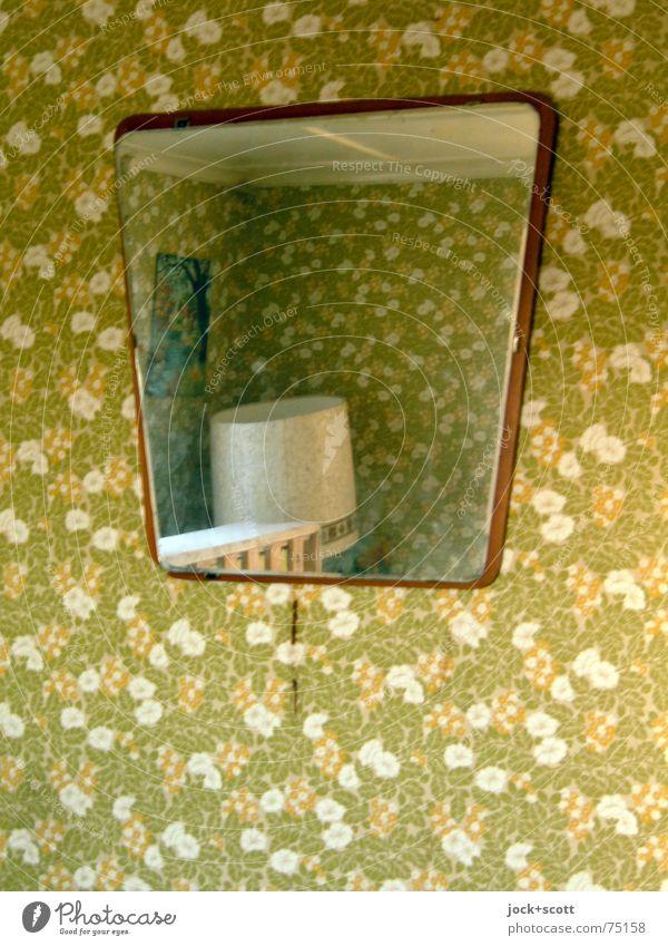 Hast du dich im Spiegel gesehen? Pflanze Innenarchitektur Lampe Häusliches Leben Dekoration & Verzierung Perspektive verrückt Papier retro Möbel entdecken Spiegel Irritation hängen Tapete Wohnzimmer