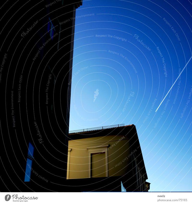| göttliches Licht | Himmel Haus Fassade Flugzeug Ecke weich himmelblau Kondensstreifen Braunschweig Seitenlicht Kondensmilch