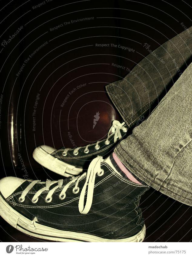 SNEAKER PIMPS | chuks schuhe lifestyle trend retro mode fashion Mensch Erholung Mode Schuhe rosa liegen Lifestyle retro Jeanshose Bar Club trendy Turnschuh Chucks alternativ Wochenende