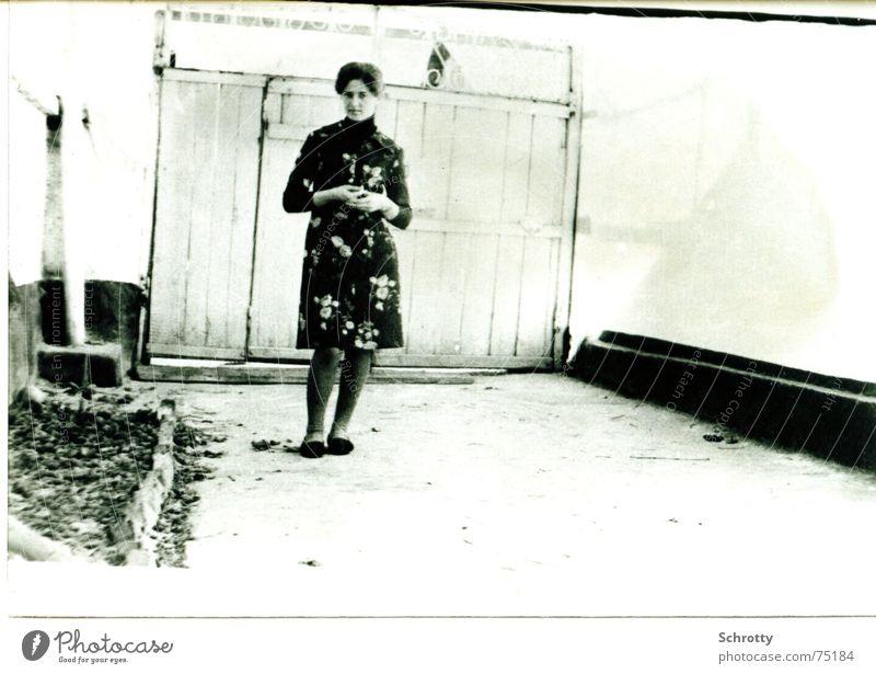 Warten auf den Traummann Haus dunkel hell warten Hoffnung Kleid Wunsch Sehnsucht Bauernhof unsicher