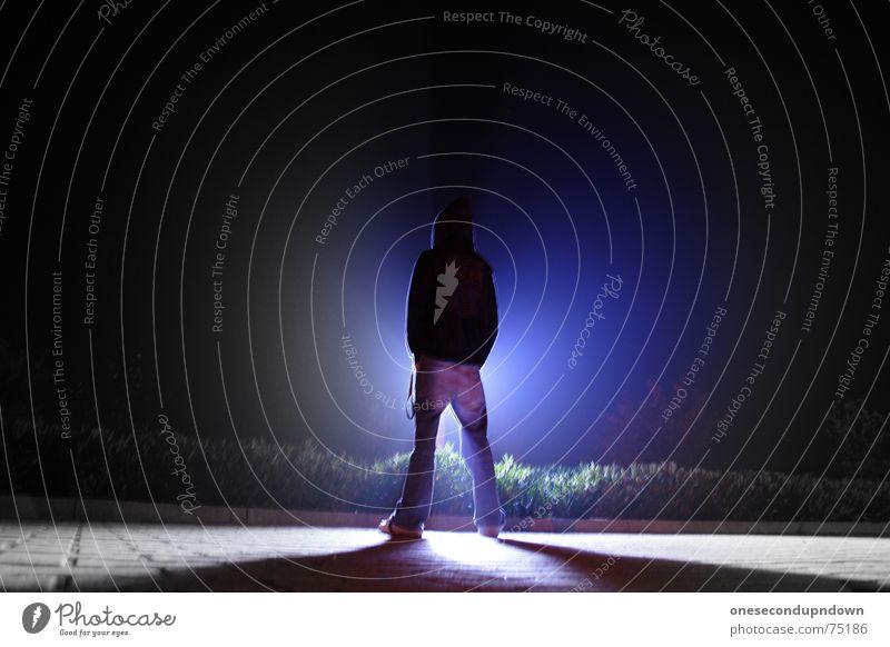 Satori Mann Einsamkeit dunkel Denken Lampe hell Beleuchtung Angst warten stehen Macht bedrohlich Körperhaltung fantastisch stark obskur