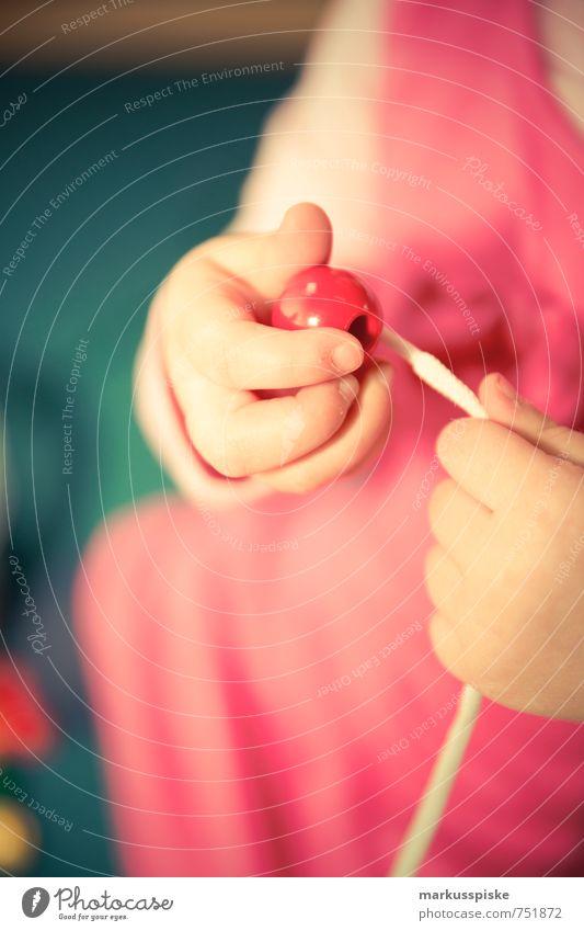 kita - einfädeln lernen Mensch Kind Hand Mädchen Freude feminin Bewegung Spielen Finger berühren lernen Schnur Bildung Gelassenheit Kugel Kleinkind