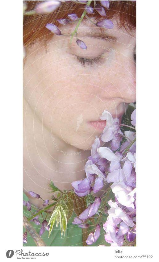 flowerchild Blume violett Märchen Frühling träumen Porträt fein verträumt Sommersprossen grün Frau Schlüsselbein zart Elfe Auge Pflanze Wimpern