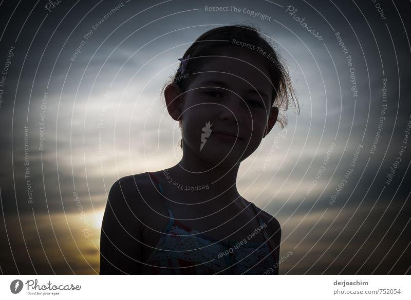 Licht & Schatten im Sonnenuntergang auf dem Green Hill Hügel in Thursday Island. Das Girl hat die Abendsonne im Rücken. Freude Erholung Ferien & Urlaub & Reisen