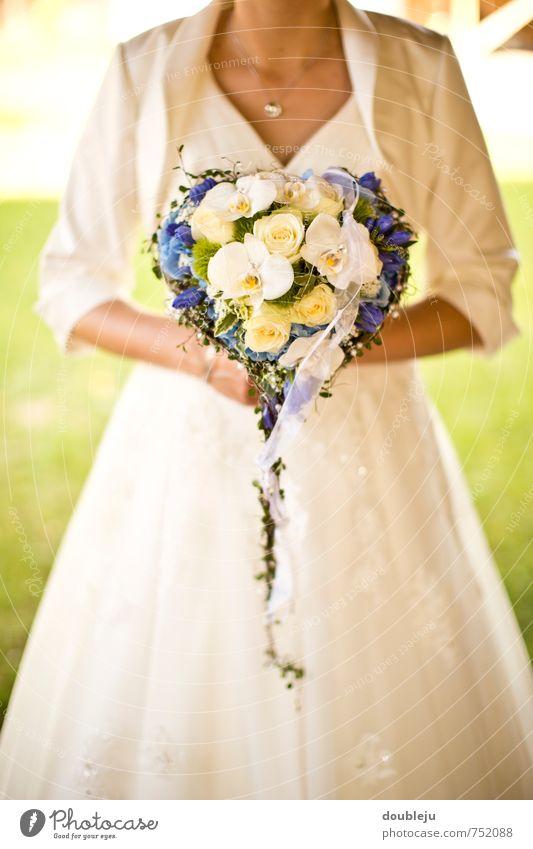 hochzeit Glück Hochzeit Mensch feminin Junge Frau Jugendliche 1 Freude Wunsch Zukunft Farbfoto Außenaufnahme Tag Unschärfe