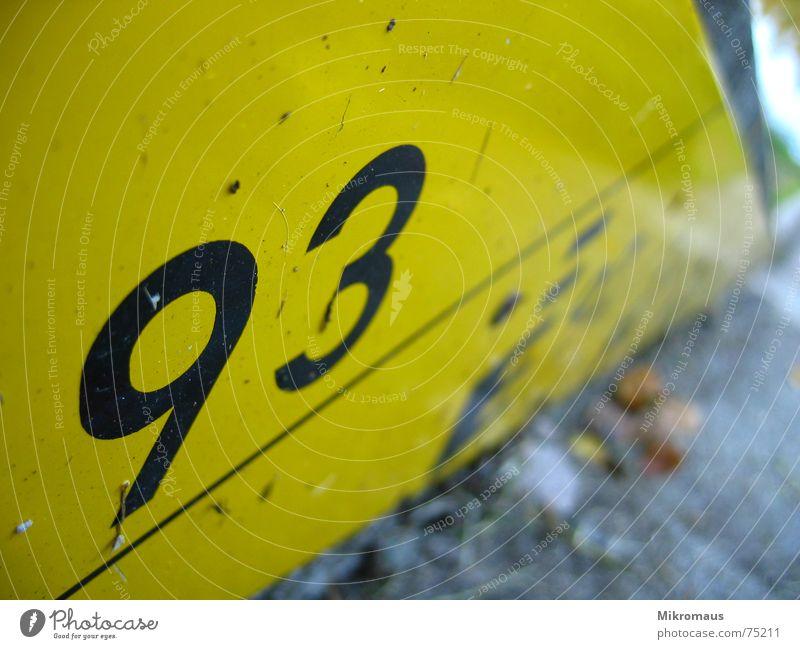 93 schwarz gelb See Küste nass Information Ziffern & Zahlen Hafen Hinweisschild Seeufer Anlegestelle Flussufer Warnhinweis Anzeige Meter