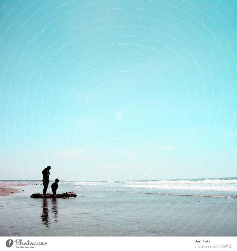 Papa, die hält bestimmt! Kind Wasser Himmel Sonne Meer Sommer Freude Strand Liebe Einsamkeit Ferne Junge Familie & Verwandtschaft Sand Wellen Küste