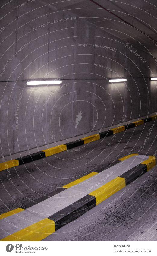 Folge dem Licht! gelb dunkel Beton Neonlicht Parkhaus Platzangst unterirdisch