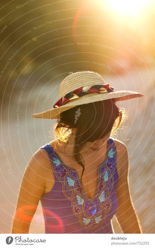 Sommerstrahlen feminin Junge Frau Jugendliche 1 Mensch 18-30 Jahre Erwachsene Wärme Lebensfreude Warmherzigkeit Romantik schön Farbfoto Außenaufnahme