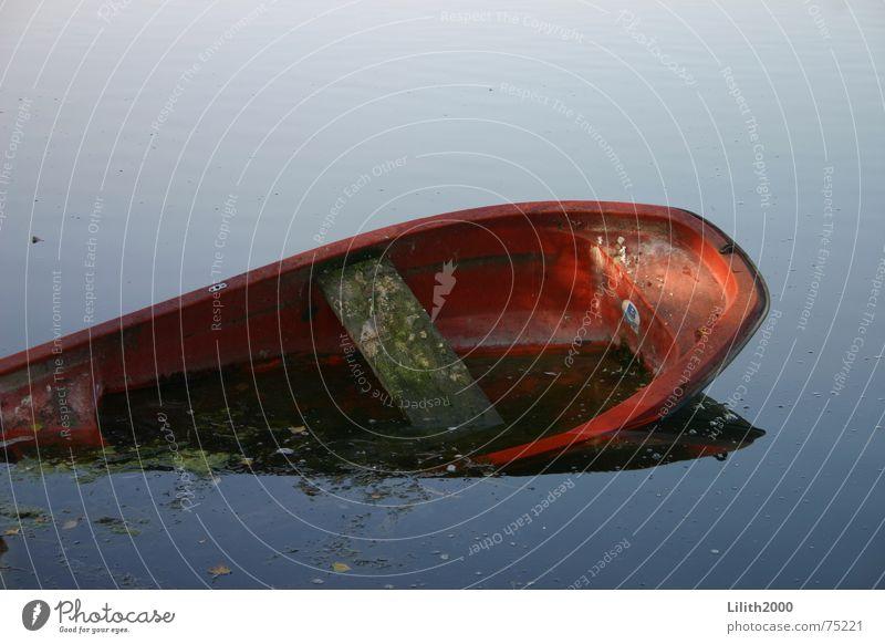 Abgesoffener Kahn Wasser rot Herbst See Wasserfahrzeug Teich untergehen Kahn kentern