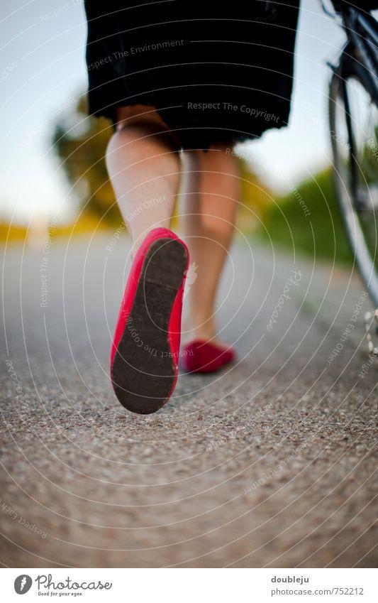 unterwegs gehen Frau Mädchen Mensch Asphalt Straße Aktion Schuhe Ballerina Fahrrad Fahrradfahren Fahrradtour schieben Richtung vorwärts Berge u. Gebirge Beine