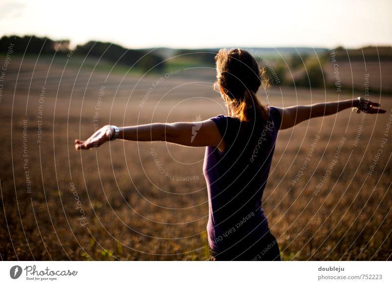 hallo welt Frau Mädchen Erde Freiheit Außenaufnahme Feld Sonne Zukunft Hoffnung Arme offen direkt Glück extrovertiert Tag Abend Sonnenuntergang