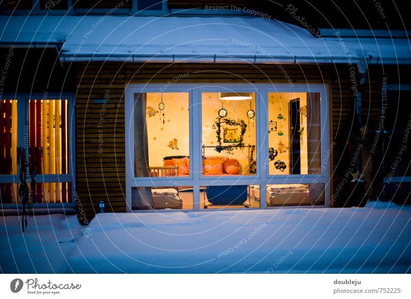 Winterdämmerung Häusliches Leben Wohnung Haus Traumhaus Garten Möbel Lampe Wohnzimmer Einfamilienhaus Glas Wärme Warmherzigkeit Ferne ruhig Farbfoto