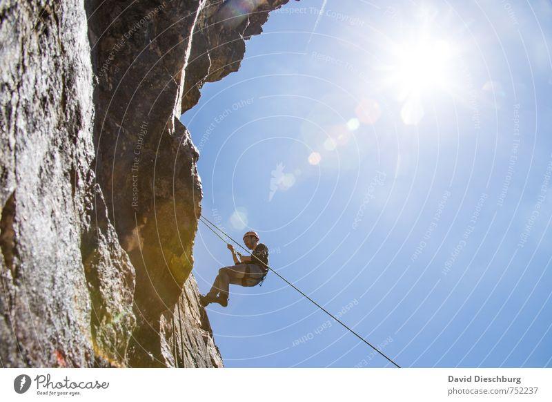 Am Fels Mensch Natur Ferien & Urlaub & Reisen Jugendliche blau weiß Sommer Freude Junger Mann schwarz Berge u. Gebirge grau braun Felsen Freizeit & Hobby