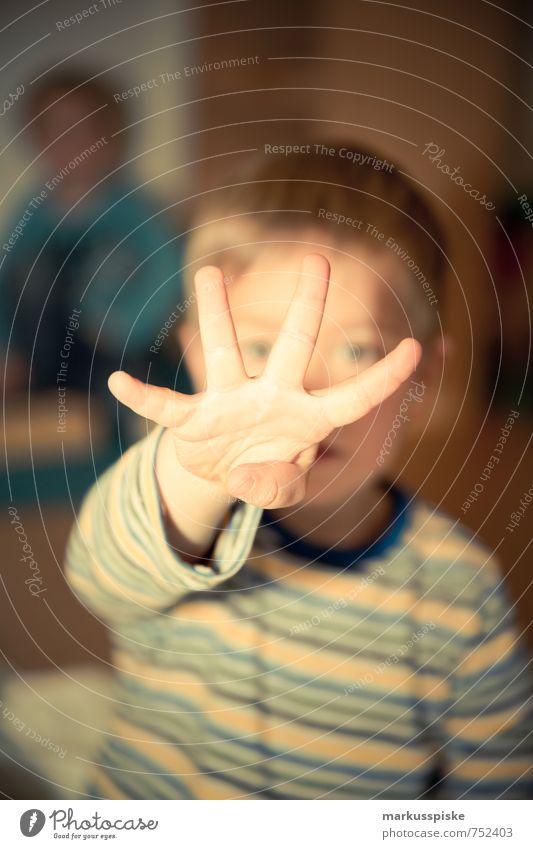 kita 4 jahre alt Mensch Kind Hand Freude Senior Junge sprechen Spielen Glück Kopf Kindheit blond Arme Fröhlichkeit Finger lernen