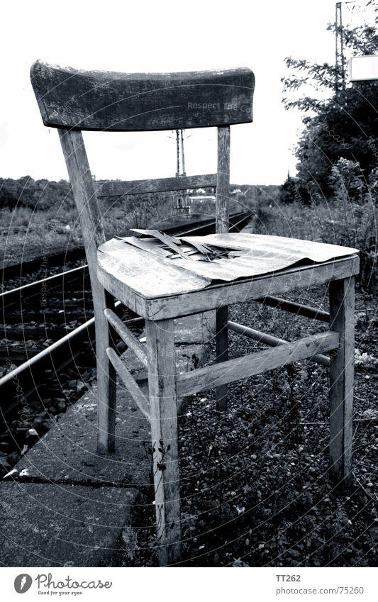 Sitzplatz Gleise kaputt Holz Sitzgelegenheit weg hier Stuhl Bahnhof warten stuhllehne