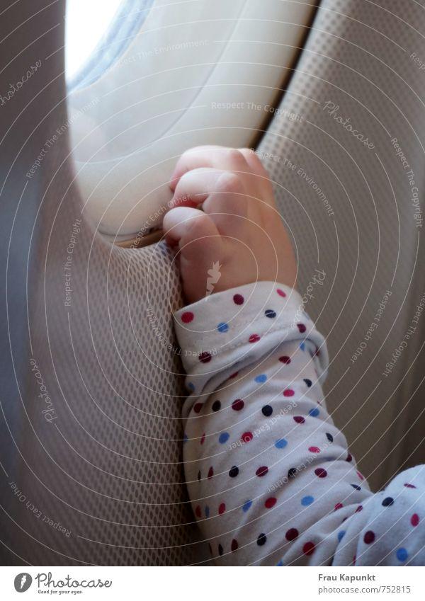 Erstflug. Mensch Ferien & Urlaub & Reisen Hand klein Flugzeugfenster Arme Luftverkehr Baby Finger berühren Sicherheit Neugier festhalten Vertrauen Sehnsucht