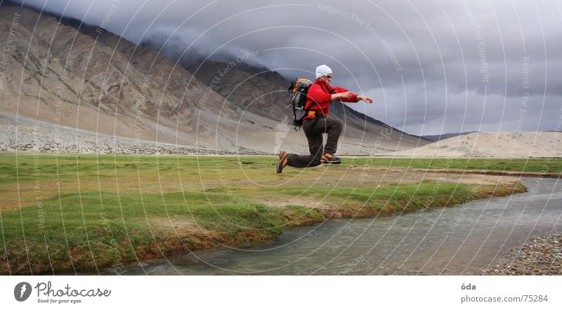 hüüüüpf Mann Wasser Ferne springen wandern Fluss Bach hüpfen Mensch Rucksack Überqueren überspringen