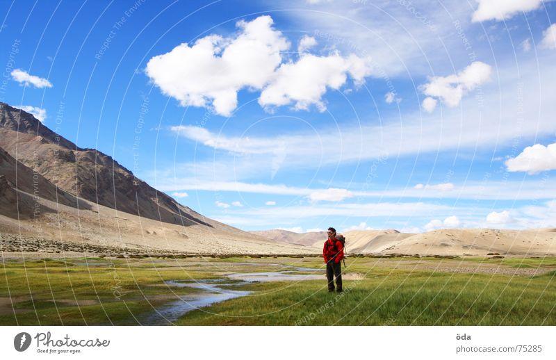 Lost in India Ferne Unendlichkeit Mann Bach Indien Ladakh verloren Landschaft Mensch Fluss Berge u. Gebirge Himmel