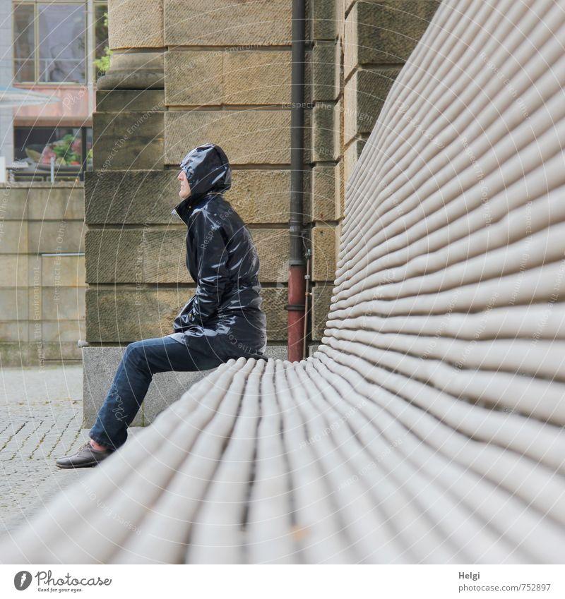 Banklady Mensch Frau blau Stadt weiß Einsamkeit ruhig Erwachsene Wand feminin Mauer Gebäude grau braun Freizeit & Hobby sitzen