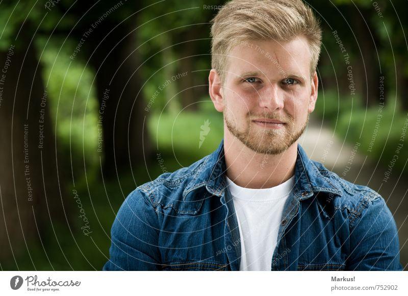 Schau gerade aus... Mensch Jugendliche blau Stadt schön grün weiß ruhig 18-30 Jahre Junger Mann Erwachsene natürlich maskulin elegant blond Bekleidung