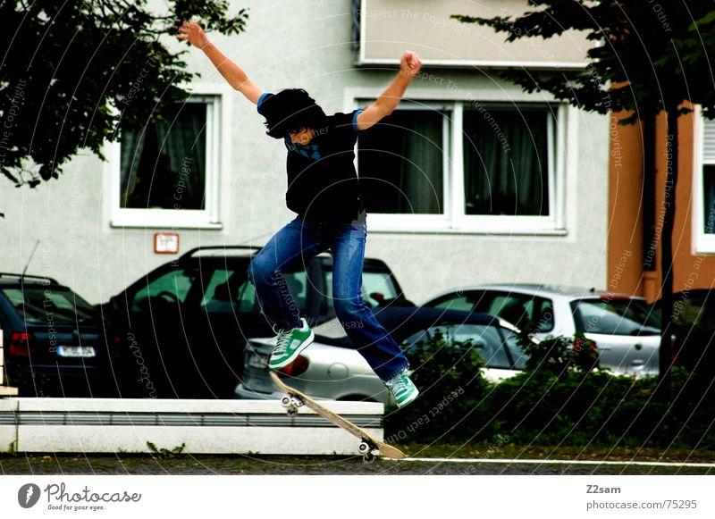 Cityskater Stadt München Skateboarding fahren springen Trick Stunt Aktion Sport Stil munich Parkdeck Rolle ollie Funsport abwärts