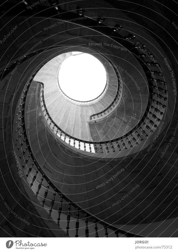 schwindlig, aber oben... gedreht dunkel Luft Licht unten Treppe Schnecke von nach hell Geländer zum Himmel