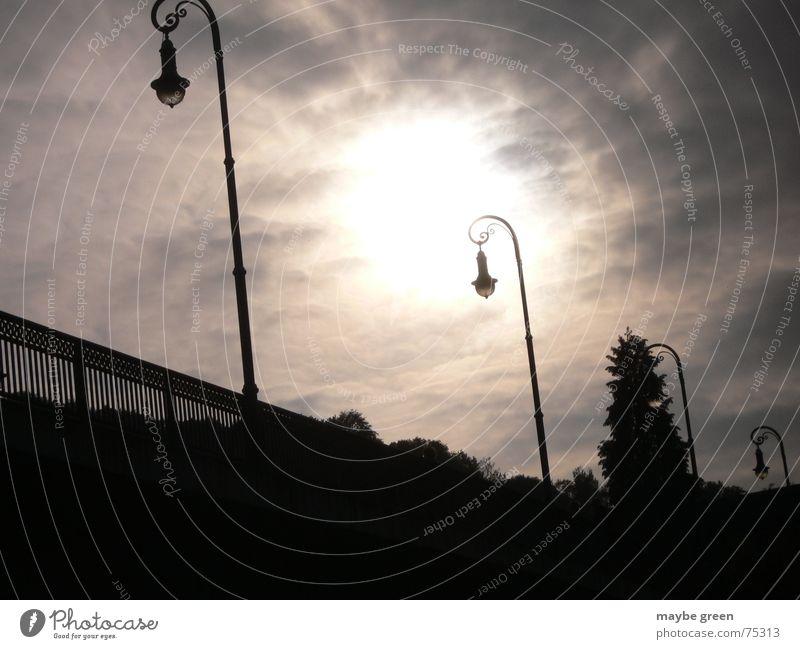 Licht am Ende der Brücke Himmel Sonne Wolken dunkel Stimmung Loch Straßenbeleuchtung schlechtes Wetter