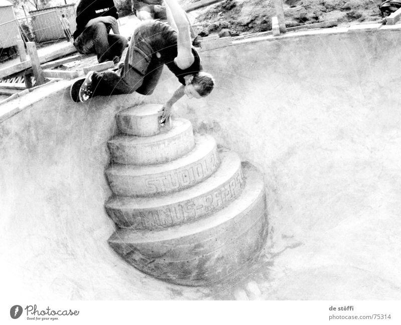 push.de.männeken.in.de.stufe.drinne Schwimmbad Hagen Skateboarding Beton Mann Kerl Konzentration fahren Wunsch Fahrer Abfluss Luft Zufriedenheit Mütze gelb