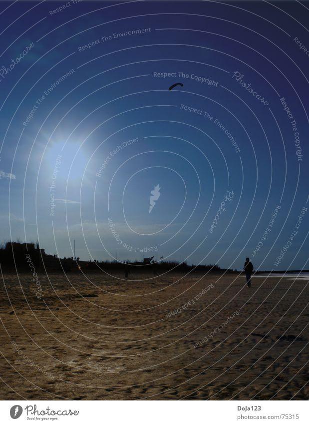 Deep blue day at the beach Strand Meer Sommer Sandstrand Sonnenuntergang Ebbe Wellen wandern Sonnenstrahlen Wolken Sträucher Mann Lenkdrachen Möwe offen