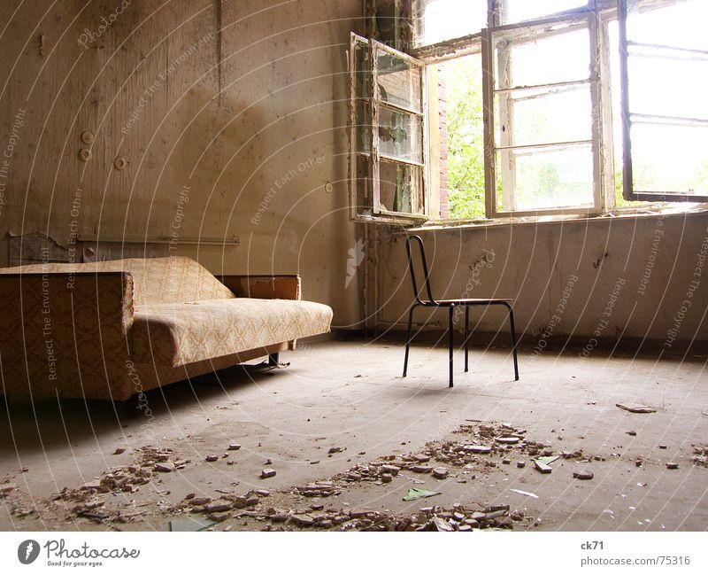 Zimmer mit Aussicht alt Sonne Einsamkeit Fenster Raum dreckig Stuhl kaputt Sofa Verfall Denkmal historisch Zerstörung Heilstätte