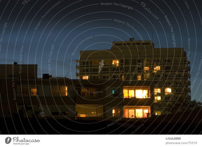 Der Abend Himmel Haus schwarz gelb Herbst Fenster Gebäude Plattenbau Wohnhochhaus