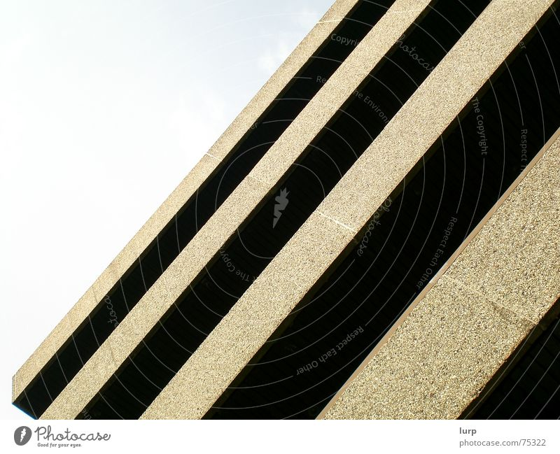 fear of falling Himmel Haus dunkel Architektur Stein Gebäude dreckig Beton außergewöhnlich Hochhaus Neigung Kiel graue Wolken