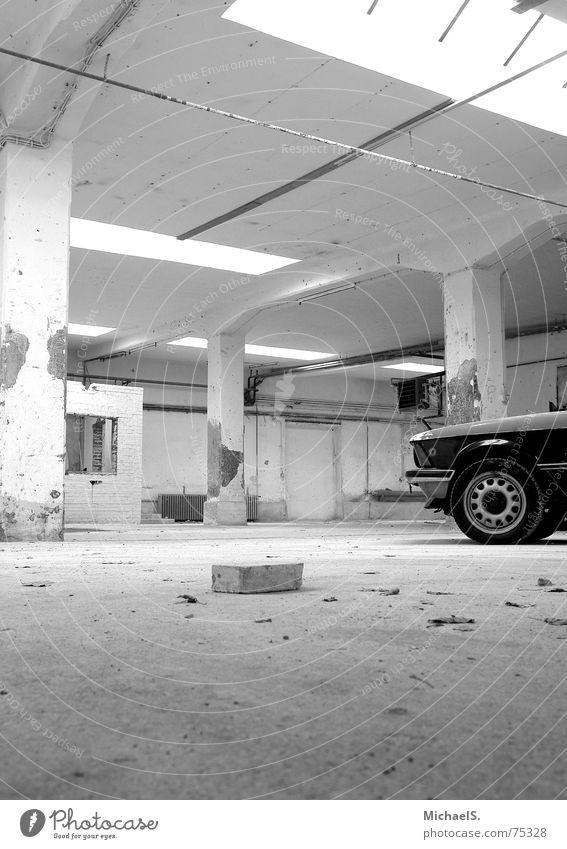 Tiefblick alt PKW leer Fabrik kaputt Backstein Lagerhalle Oldtimer Youngtimer