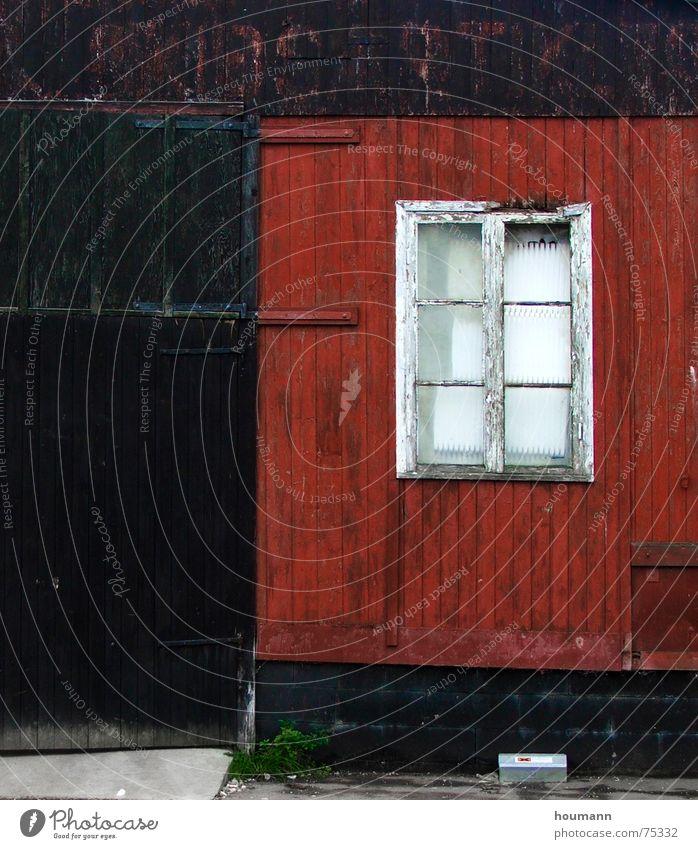 Old red wood house I rot Dänemark Fenster schwarz getragen Detailaufnahme verfallen Tür old worn window door black alt hölzernes haus