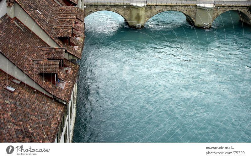 nah am wasser gebaut. Wasser schön alt blau Haus springen Wohnung Armut Brücke bedrohlich tauchen wild fantastisch unten Flüssigkeit türkis