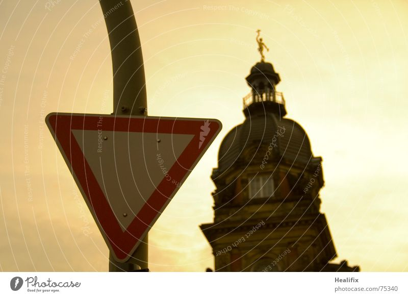 Watch Out! alt Gebäude Schilder & Markierungen Verkehr Landshut Turm Dreieck Vorfahrt Alte Post