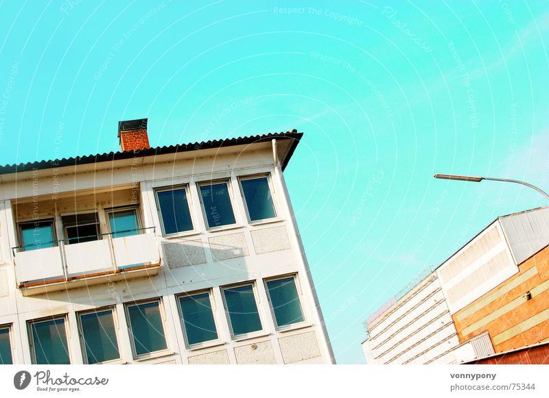 Ein Sonntag am Hafen Himmel grün Farbe ruhig Haus Fenster Wand Gebäude verrückt Perspektive Straßenbeleuchtung Laterne Balkon Backstein Quadrat