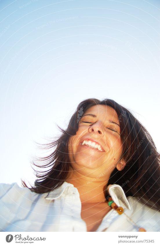 Kommst Du mit nach oben II Frau Fröhlichkeit Bluse Bekleidung verweht geschlossene Augen träumen Leberfleck braun Teint Sonnenbad Sommer Tagtraum Porträt lachen