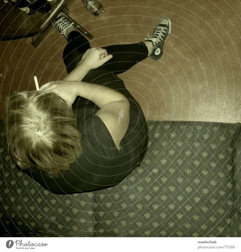 ALLER ANFANG Frau Mensch Freude Einsamkeit Leben feminin Stimmung Feste & Feiern warten sitzen Lifestyle Rauchen Student Sofa Zigarette Langeweile
