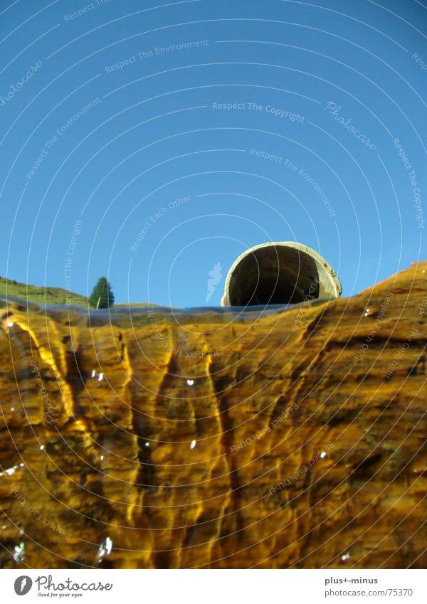 Bergwasser Wasserrohr kalt Baumstamm Wasserfall bergwasser Himmel klares wasser