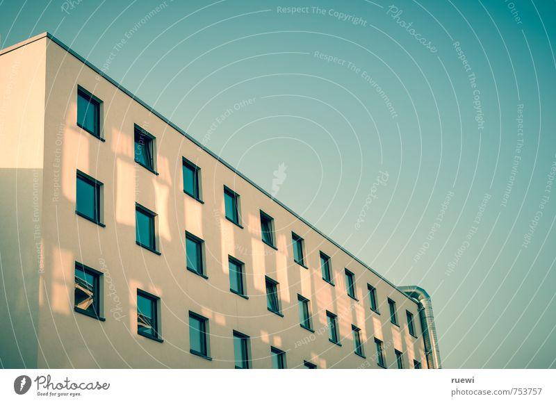 Fensterfront in Schräglage Häusliches Leben Wohnung Haus Hausbau Renovieren Baustelle Luft Himmel Wolkenloser Himmel Frühling Sommer Klima Schönes Wetter Stadt