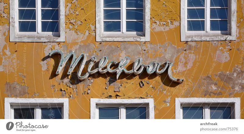 Milch macht müde Fotografen munter... alt Stadt Sommer Haus gelb Farbe Fenster Traurigkeit Gebäude Deutschland Zeit Fassade kaputt Bar Werbung Restaurant