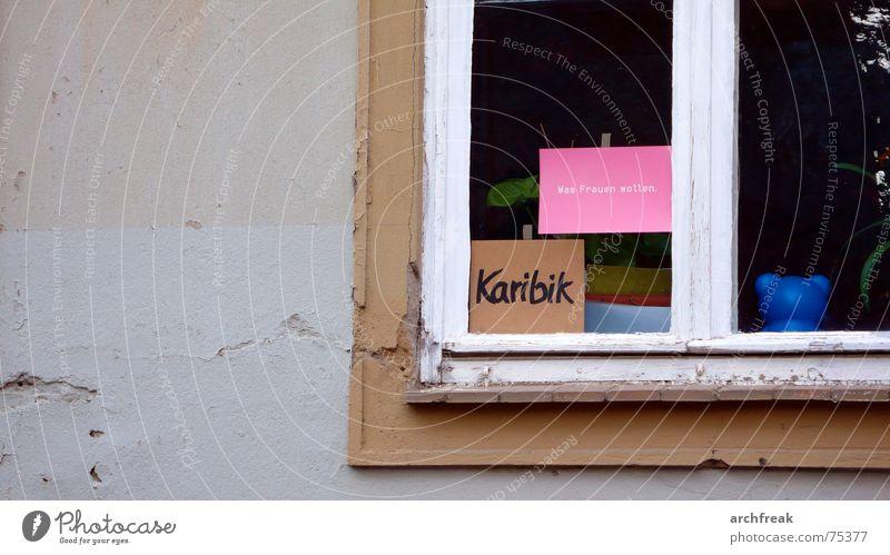 Was Frauen wollen - Karibik Fenster grau Wunsch Postkarte trist Fensterscheibe Farbe Witz Ironie Schlagwort Textfreiraum links Außenaufnahme