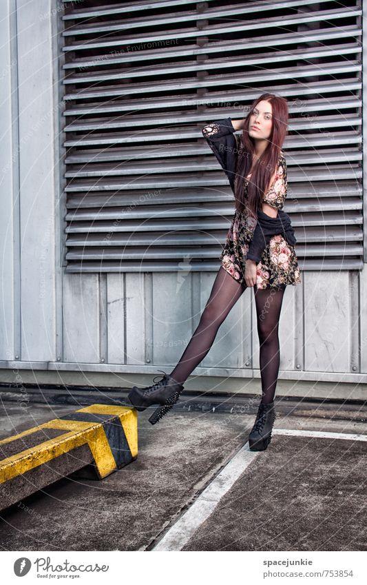 Lines (3) Mensch Jugendliche blau Junge Frau rot 18-30 Jahre Erotik Erwachsene Wand feminin Architektur Mauer Linie Mode Fassade Schuhe