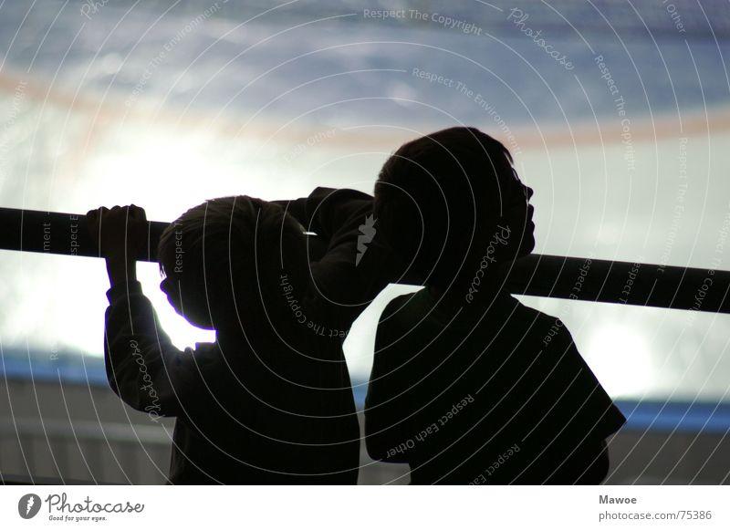 Gelangweilte Kinder Eis warten Pause Langeweile Geländer Geschwister Arena Schattenspiel Eisfläche Eisstadion