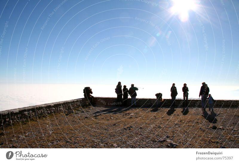 Hobbyfotografen mit dem selben Motiv Mensch blau Sonne Wolken schwarz Herbst Berge u. Gebirge Mauer Beleuchtung braun Nebel wandern Platz beobachten Ende Grenze