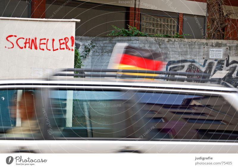 Schneller II Geschwindigkeit Wand Mauer fahren Fahrer Typographie Hannover schwarz rot Fahne blitzen Verkehr KFZ Stadt Reflexion & Spiegelung Fassade Gebäude