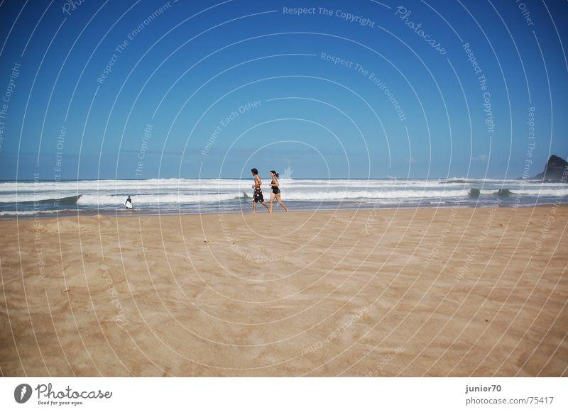 Morgens am Strand Wellen Joggen Brandung Hälfte Mann Frau Partnerschaft weich Ferien & Urlaub & Reisen Europa Portugal nass körnig Luft Strömung Zusammensein